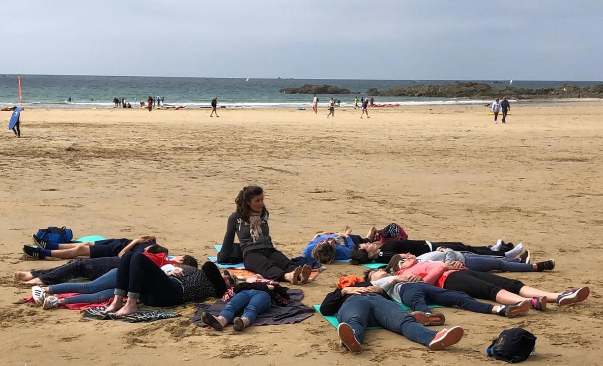 Graines de yoga Saint-Malo - respiration sur la plage